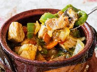 Рецепта Свинска кавърма с домати, зелени чушки, лук и люти чушки в глинен гювеч или гювечета на фурна